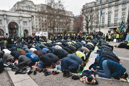 Asslifters musulmanes en Alemania, un montón de tiempo para orar al aire libre cuando no se trabaja