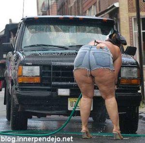 gorda lavando el coche