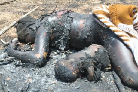 Mujer cristiana, quemada viva junto a su hijo, por los islamistas-radicales asesinos. Más de 100.000 cristianos son asesinados cada año por las huestes islamistas-radicales contra el infiel. Ésto empezará a ocurrir en España en cualquier momento si no se le pone freno.