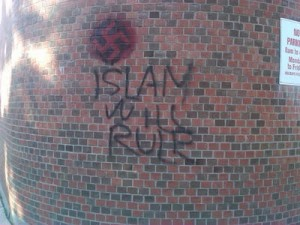 El objetivo musulmán con una clara señal de odio adjunto. (Fuente: http://www.answeringmuslims.com/2011/08/jewish-synagogue-vandalized-with-muslim.html)