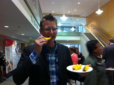 Mark Lynas, un acérrimo ex activista anti-OGM ahora come tranquilamente una papaya transgénica resistente a un virus. Fuente: @mark_lynas