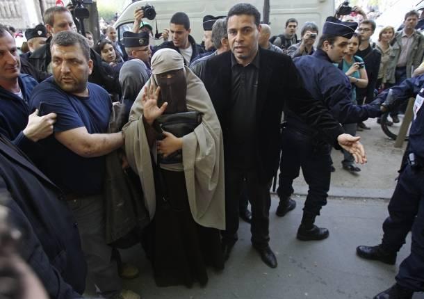 arrestan-a-mujer-con-velo-islamico-en-francia-610x430