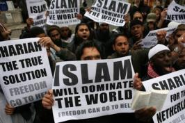 muslims-carrying-banners-declaring-islam-will-dominate-the-world-protest-at-the-visit-of-mr-wilders-to-the-uk_1
