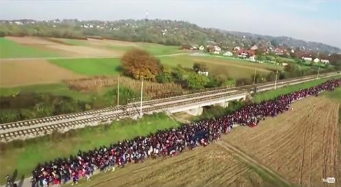 Miles de inmigrantes entran ilegalmente en Eslovenia. Video publicado en YouTube y filmado en octubre de 2015.
