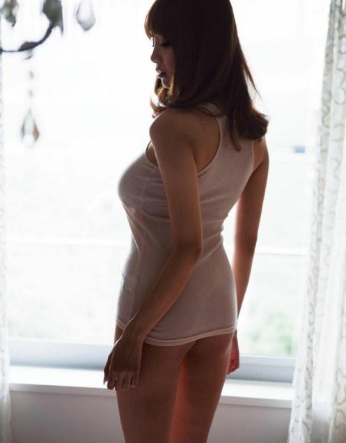 Anzai-Rara-Shio-Utsunomiya-desnuda-camiseta-blanca-10