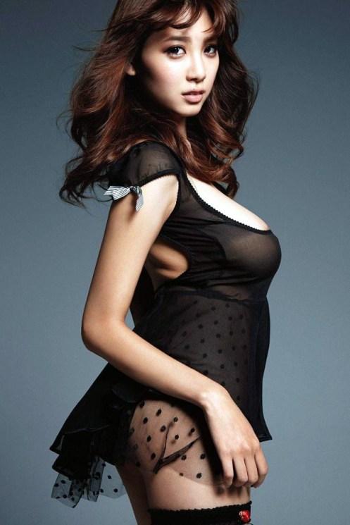 Anzai-Rara-Shio-Utsunomiya-desnuda-vestido-negro-1