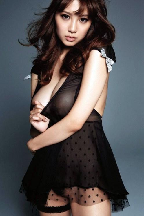 Anzai-Rara-Shio-Utsunomiya-desnuda-vestido-negro-2