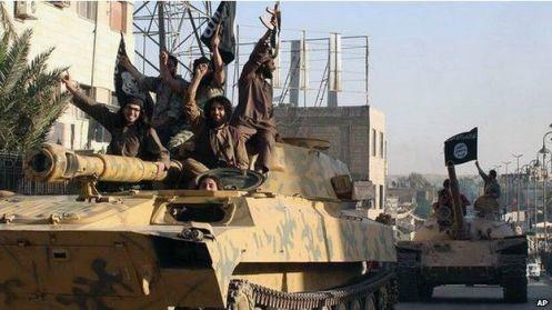 Militantes de Estado Islámico ingresando victoriosos en tanques de guerra.