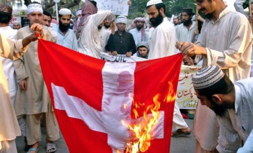 ¿Quienes son los intolerantes? Protesta contra el símbolo de la cruz en la bandera de suiza