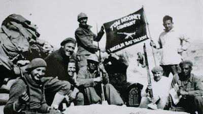Ver el nombre escrito en la bandera: Lincoln Battalion