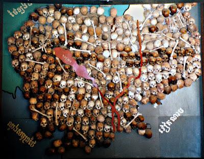 Mapa hecho con calaveras en Camboya