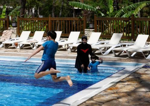 una-mujer-en-la-piscina-del-wome-deluxe-hotel-un-resort-halal-en-alanya-turquia-reuters