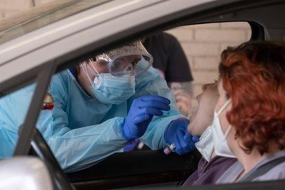 Un sanitario toma muestras a una mujer para una prueba PCR en el hospital militar de Sevilla el pasado 14 de mayo.